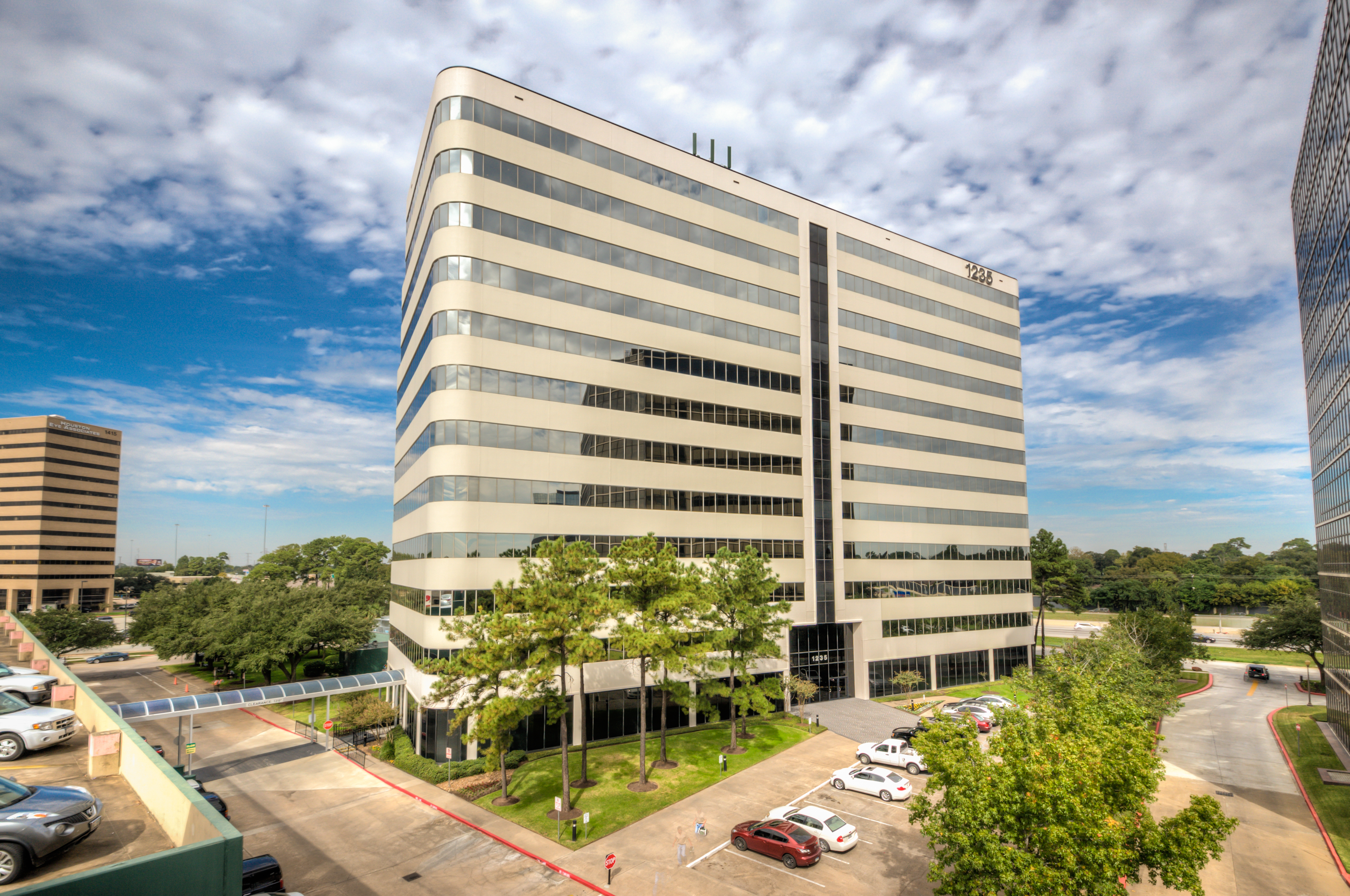 12-story building in ideal central Houston location